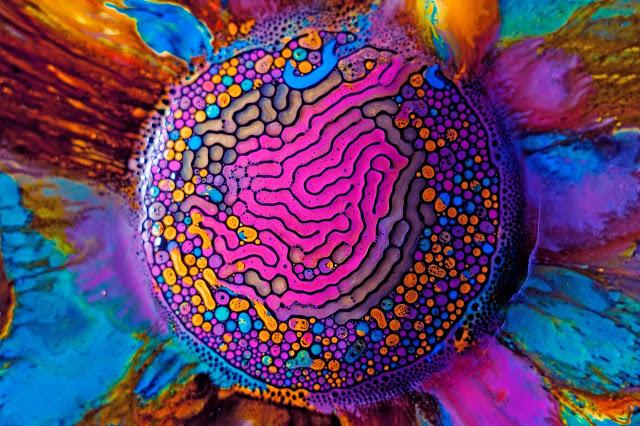 Un ferrofluide mélangé avec de la peinture