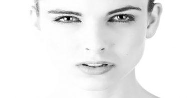 Visage de femme en noir et blanc