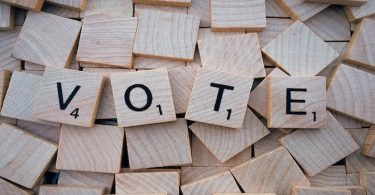 Lettres en bois écrivant le mot vote