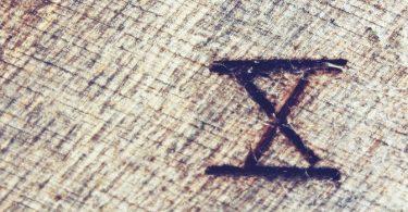 Dix en chiffre romain gravé